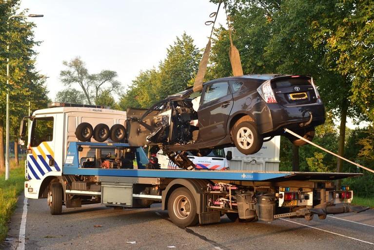 Dode bij botsing auto tegen boom in Leiden
