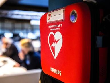 Eerste laadpaal met AED staat in Delft