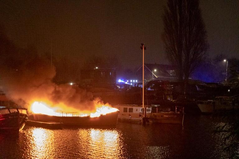 Sloep door brand verwoest in Amsterdam [video]