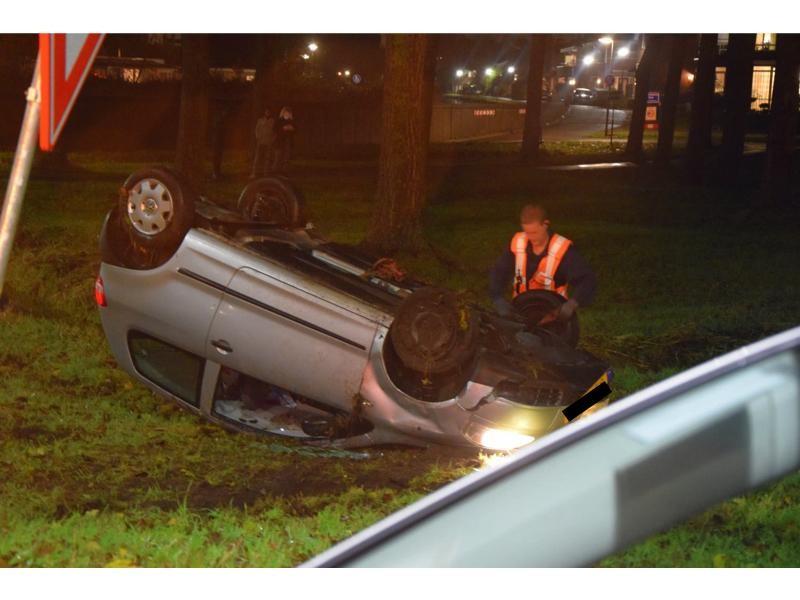 Auto slaat over de kop in Zoeterwoude - Leidsch Dagblad