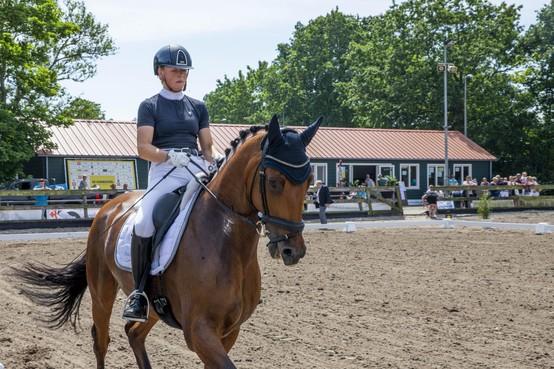 Deelnemers en paarden vermaken publiek bij Duinruiters