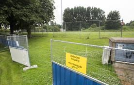 Het terrein is inmiddels afgezet met hekken met waarschuwingsborden.