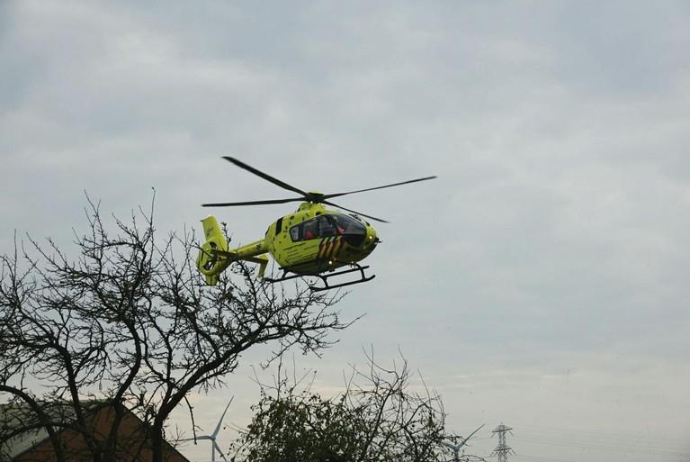 Man zwaargewond bij val van ladder in Zwaagdijk-Oost; traumahelikopter geland