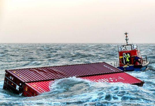 Bergingsschepen zeecontainers vertrokken uit IJmuiden
