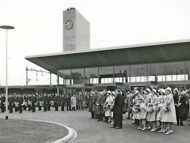 De feestelijke opening van het huidige station op 29 april 1960 door commissaris van de koningin, dr. M.J. Prinsen.