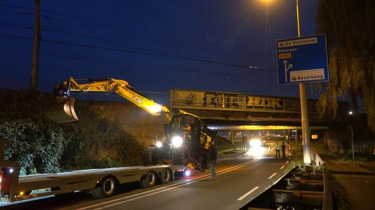 Graafmachine beschadigt spoorbrug Heerhugowaard, geen treinen en weg dicht