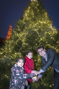 Syrische zusjes Hala en Tala laten Grote Markt-kerstboom branden