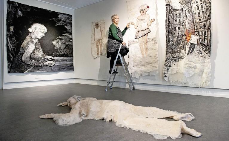 De Waterlandse kunstenaar Mieke Werners (76), die 'schildert en beeldhouwt' met wol, heeft al zeker tien jaar haast