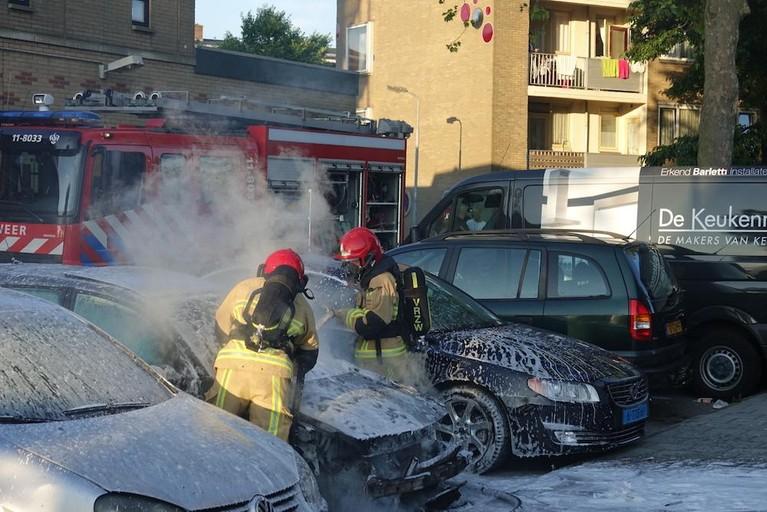 Grote vlammen en veel rook bij autobrand in Zaandam