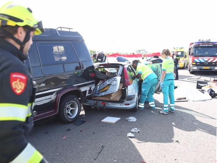 Vijf zwaargewonden bij ernstig ongeval in Halfweg, A200 dicht
