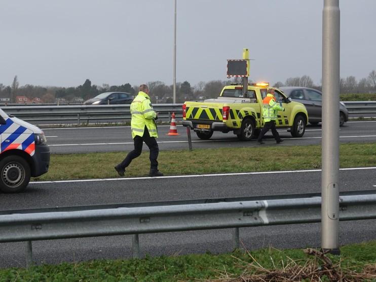 Auto belandt in sloot langs A9 bij Alkmaar, bestuurster raakt gewond