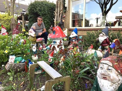 Onderweg: De voortuin van Gertjan uit Egmond-Binnen heeft een hoge tuinkabouterdichtheid