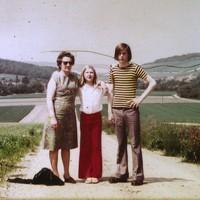 Piet Beentjes (r) op een vakantiefoto met moeder en zus.