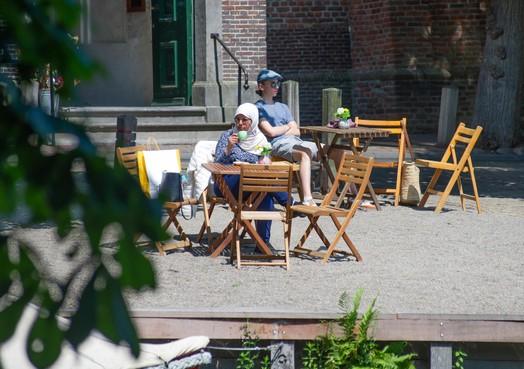Koude oorlog rond terras en 'illegaal hotel' in Broek in Waterland; B&B-eigenaar is furieus