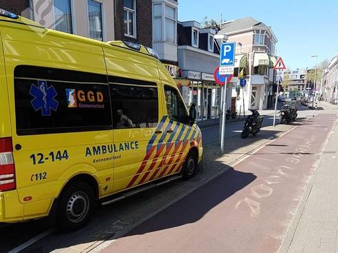 Fietser in Haarlem met zwaar hoofdletsel naar ziekenhuis