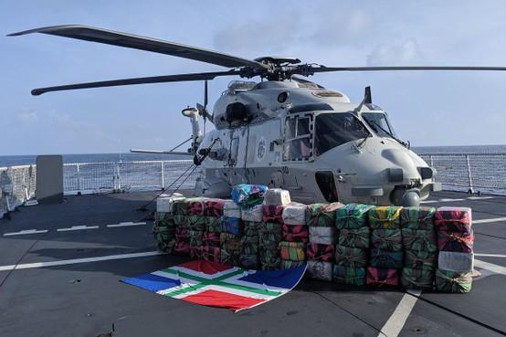 Marineschip Groningen neemt 1600 kilo coke in beslag op open zee