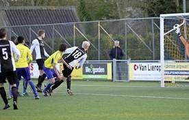Gelegenheidsaanvoerder Maik den Iseger (nauwelijks zichtbaar achter Jacco Paauw met nummer 7) kopt de bal achter Kolping-keeper Patrick de Vries en zet LSVV op 3-2.
