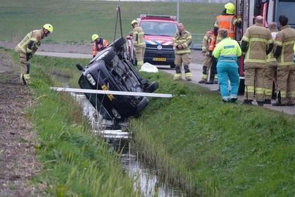 Auto achtergelaten in sloot Anna Paulowna, bestuurder op eigen houtje naar ziekenhuis
