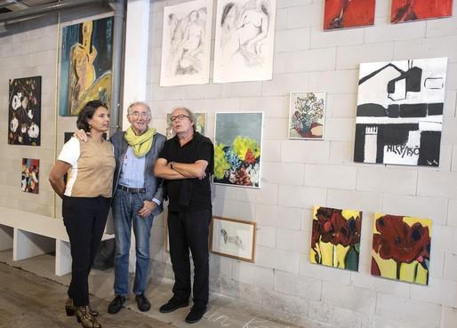 Leerlingen van kunstenaar-schilder Erik Prins op expositie 'Schilderbeesten' in Bloemendaal
