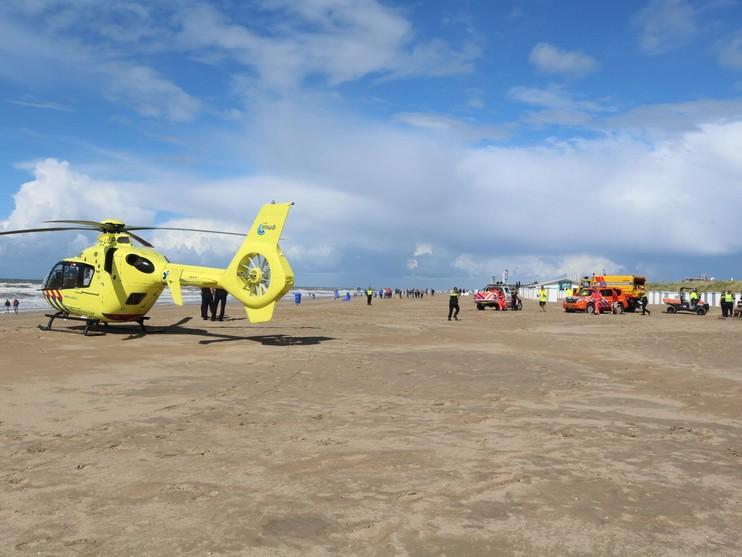 Traumahelikopter rukt uit voor gewonde kitesurfer op strand Katwijk