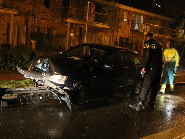 Auto klapt frontaal tegen boom in Noordwijkerhout