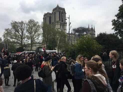 Nederlandse scholieren in Parijs tijdens brand Notre-Dame: 'Vlak na aankomst zagen we rookwolken boven het centrum'