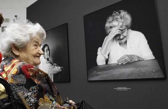 Barones (102) bezoekt haar eigen 'witte blouse-portret' in Singer Laren: 'Haha, ik lijk net Máxima'