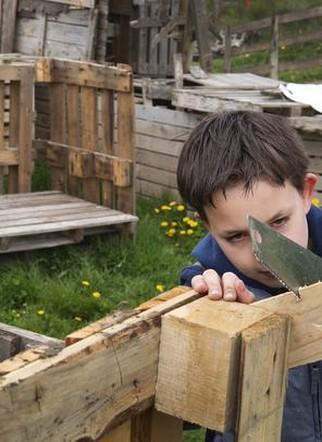 Concentratie tijdens de Huttenbouw Driedaagse op Jeugdland Nieuw-Vennep.