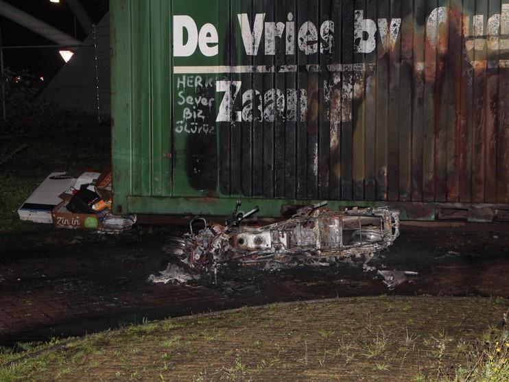 Auto en motor uitgebrand in Zaandam