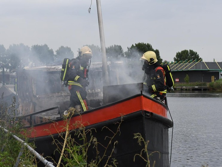 Boot vliegt in brand tijdens laswerkzaamheden in Alphen aan den Rijn