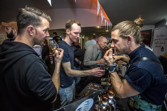 Proeven van rum uit 'n wit eikenhouten vat: honderden bezoekers Whisky en Rum Festival IJmuiden aan Zee