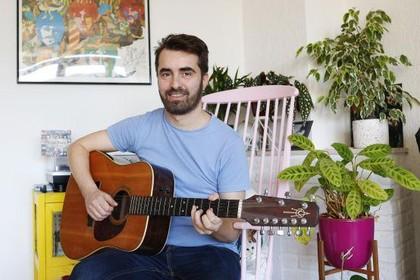 Singer-songwriter Maarten van Praag (44) komt twintig jaar na die enorme hit met een nieuw album [video]