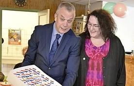 Burgemeester Jan Baas en Monique van der Heijde van het Enigmahuis.