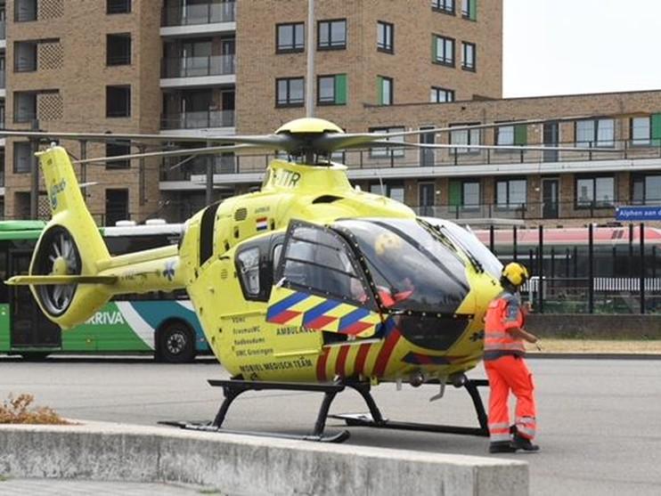 Motorrijder zwaargewond bij botsing in Alphen aan den Rijn, traumaheli assisteert