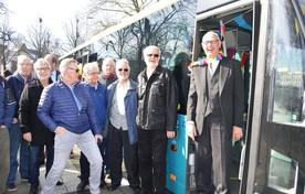 Herman (r) wordt onthaald door zijn collega-buschauffeurs.