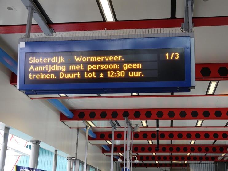 Man aangereden door trein na val van perron op station Zaandam