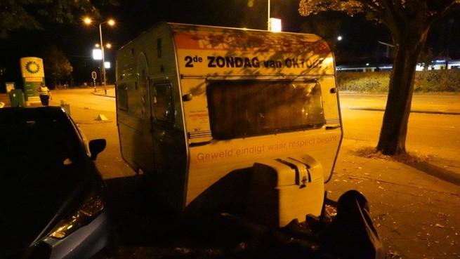 Vandalen proberen caravan Nadine Foundation in brand te steken