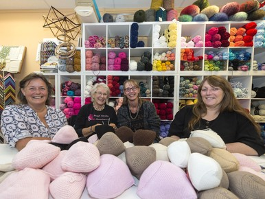 Zaanse 'Knitted Knockers' maken nieuwe borsten van breiwol