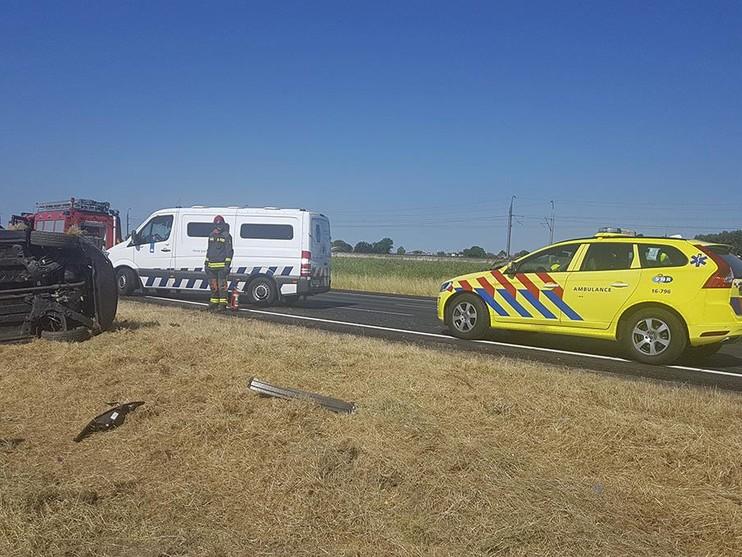 Auto op zijn kant en gewonde op A4 bij Roelofarendsveen