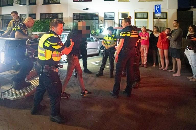 Arrestatie met hoogwerker trekt veel bekijks op Rozenstraat in Hilversum [video]