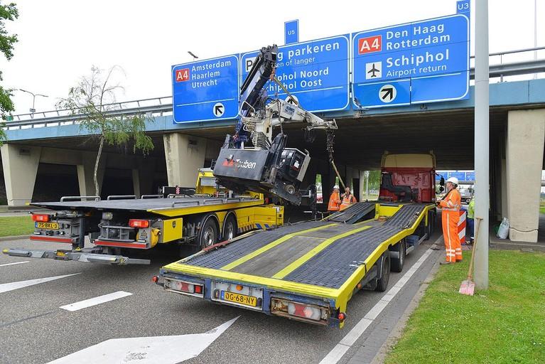 Kraan van vrachtwagen raakt viaduct bij Schiphol, chauffeur gewond
