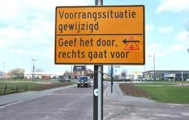 Borden langs de kant op de Alkmaarseweg/Rijksstraatweg.