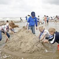 Zandkastelen bouwen bij Petten.