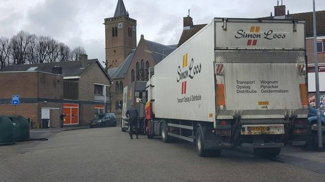 Meer vrachtwagens en overlast in en rond Oude Dorp van Huizen: verbod, omleiden of 'zachte' maatregel?