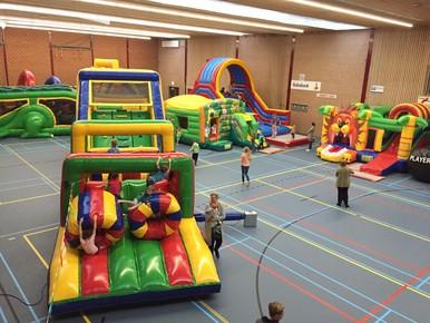 Genieten van opblaasbare glij- en klauterbanen in sportzaal Waldervaart.