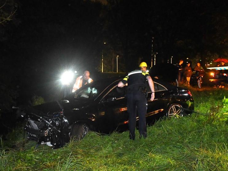 Auto ramt verkeersbord en raakt te water in Leiden