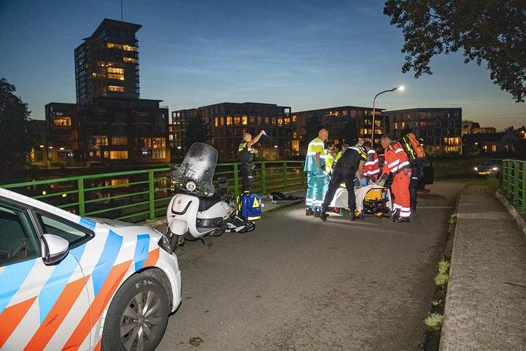 Scooterrijder ernstig gewond bij ongeval op brug in Haarlem