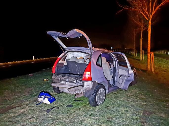 Auto slaat drie keer over de kop in Zuidschermer