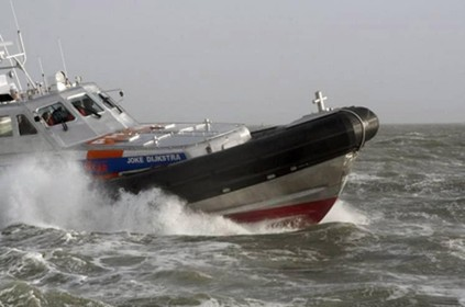 Onderkoelde zwemmer gered door oplettende zeilers in Den Helder