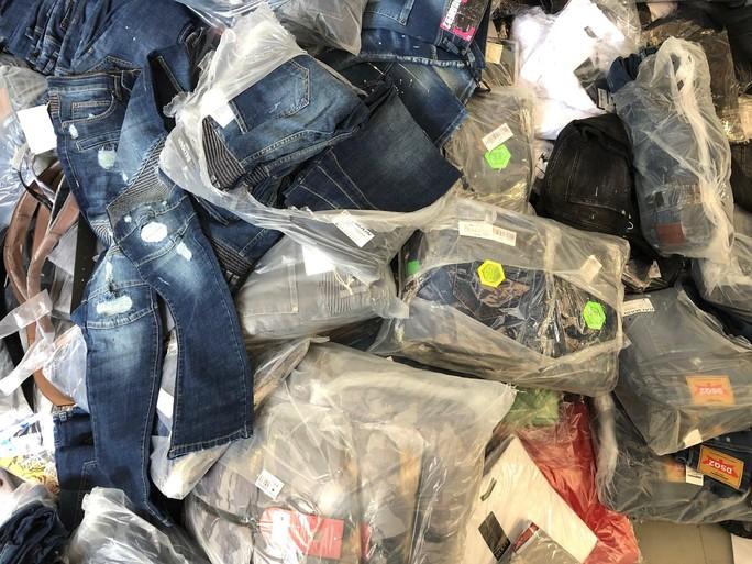 Stapels nep merkkleding in beslag genomen, Haarlemmer (34) en Amsterdammer (21) opgepakt [video]